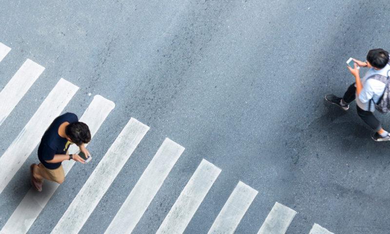 Περπάτα κοιτάζοντας το δρόμο, όχι το κινητό